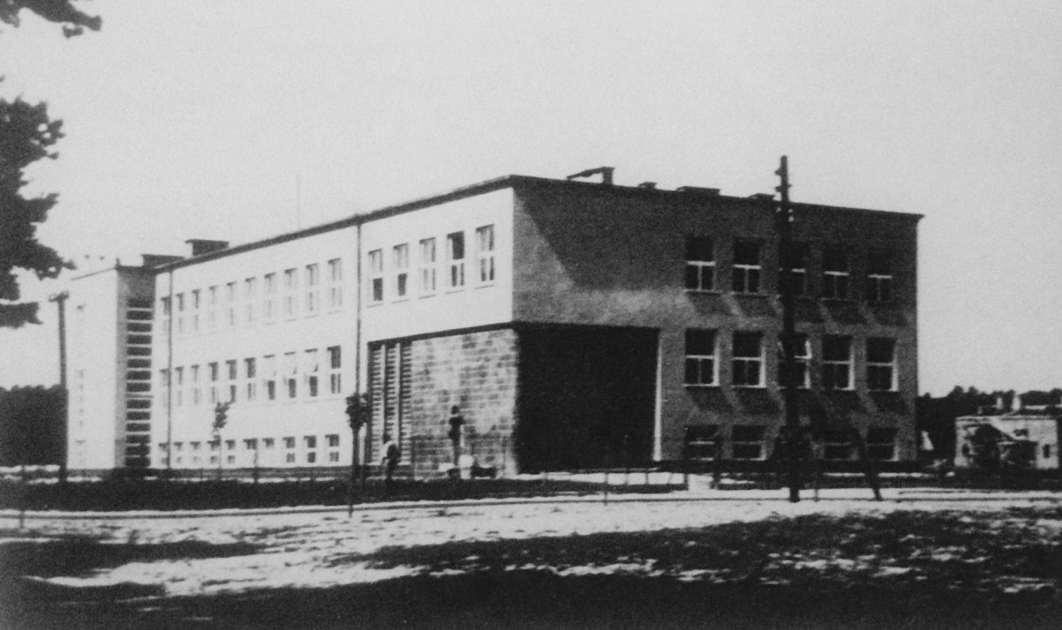 Przedwojenna szkoła powszechna, w ktorej Niemcy urządzili szpital podczas okupacji (fot: D. Garbacz)