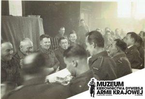 """Stanisław Sołtys ( w środku z papierosem) wśród """"Cichociemny"""" podczas szkolenia w Anglii. (fot. A.Gradulska/M.Biesiada)"""
